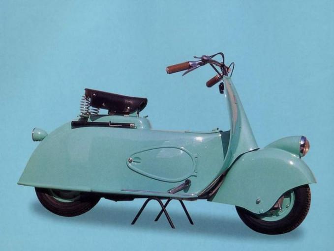 Pertama ada vespa MP 5 Peprino buatan tahun 1943. Karena vespa berumur paling tua, jadi dia banyak diburu oleh kolektor skuter legendaris ini. Namun, pihak Piaggio sendiri nggak begitu suka jenis MP 5 Peprino ini.
