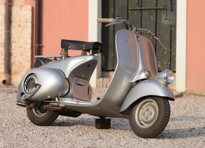 Walaupun namanya Vespa 98, bukan berarti dia dibuat tahun 1998 lho. Justru vespa ini dibuat pada tahun 1946. Desainnya dibuat khusus mengikuti jalanan di Eropa yang saat itu masih belum stabil dan tidak baik.