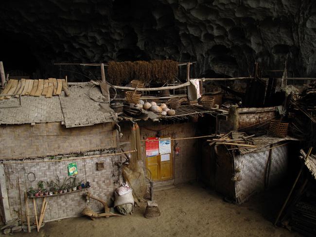 Ini adalah penampakan salah satu rumah di dalam gua. Sangat amat sederhana.