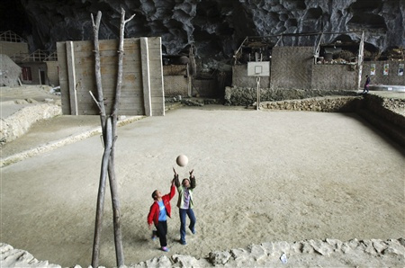 Di dalam desa dalam gua ini juga ada lapangan basketnya lho.