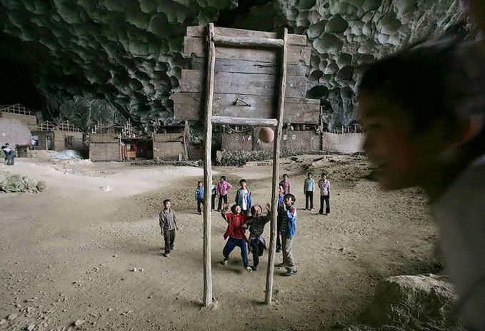 Dan mungkin ini adalah satu-satunya lapangan basket yang letaknya di dalam gua.