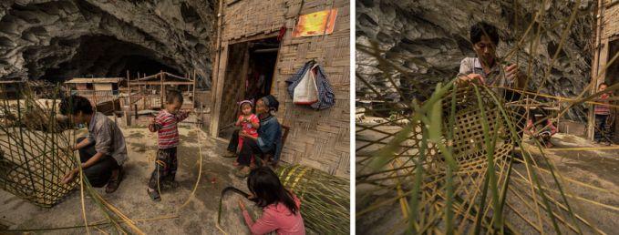 Pada foto ini, terlihat penduduk desa sedang membuat keranjang dari anyaman bambu.