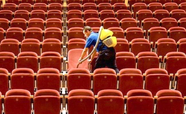 Bioskop jarang dibersihkan. Karena padatnya jadwal pemutaran film, sehingga bioskop pun jadi jarang dibersihkan.