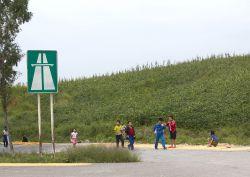 Suasana Jalan Tol di Korea Utara, Bisa Buat Jemur Jagung!