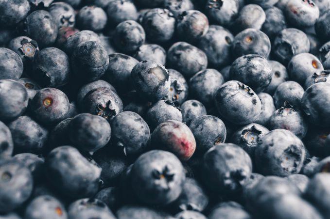 Buah beri Buah beri adalah buah yang kaya akan antioksidan. Buah ini juga ternyata memiliki banyak serat makanan yang bisa membantu masalah pencernaan setiap harinya.