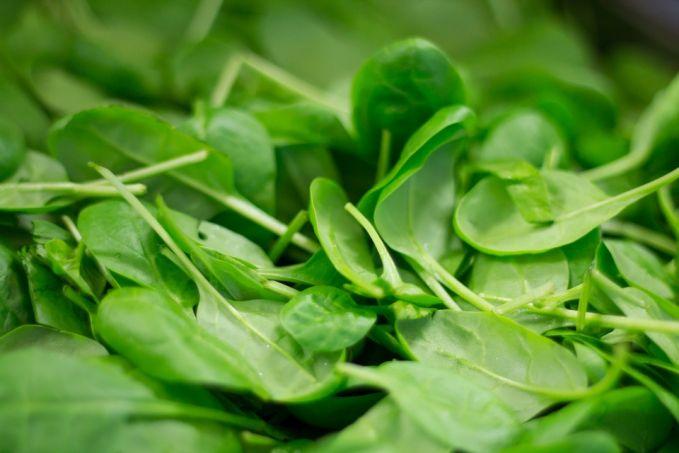 Sayur bayam Sayur yang satu ini merupakan salah satu sumber terbaik dari magnesium. Magnesium sendiri berfungsi untuk membantu kinerja usus dan menyerap air untuk melembabkan saluran pencernaan.