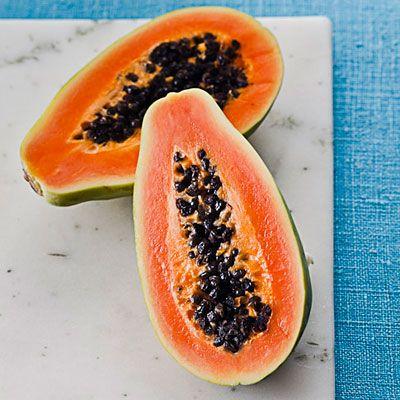 Pepaya Kandungan papain dalam buah pepaya dapat membantu melumatkan makanan dan menyerap nutrisi dalam tubuh. Selain itu, pepaya juga kaya akan serat yang dibutuhkan tubuh saat mencerna makanan.