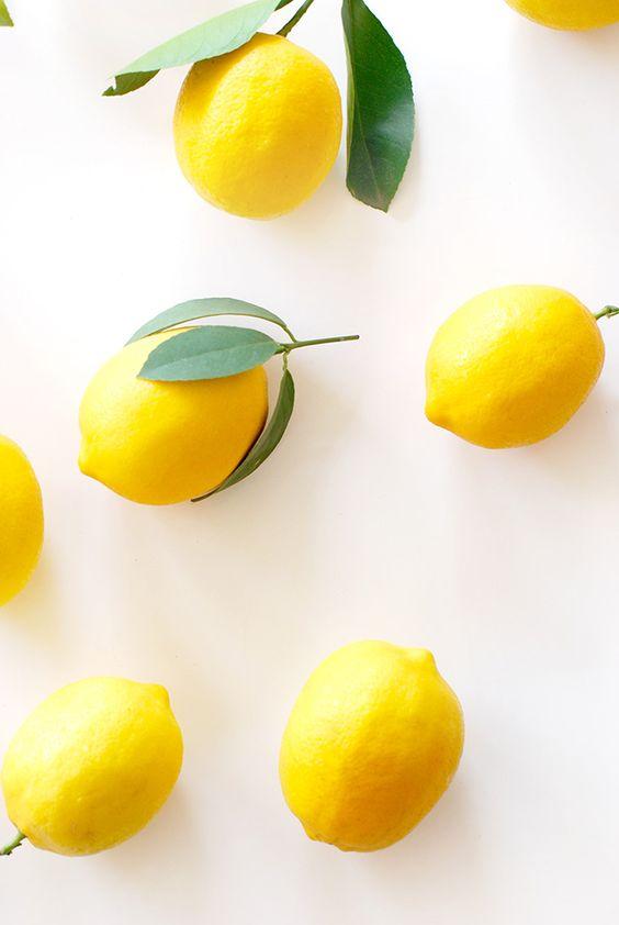 Lemon Yang terakhir adalah lemon. Buah yang mengandung vitamin C tinggi ini juga berfungsi sebagai antioksidan. Serat asam yang terkandung pada lemon akan membantu melancarkan pencernaan kita.