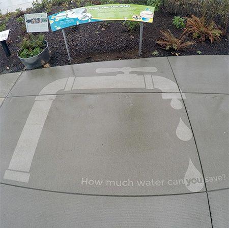 Selain itu juga menampilkan gambar-gambar yang sarat akan pesan moral dan kampanye lingkungan. Seperti tentang penghematan air bersih.