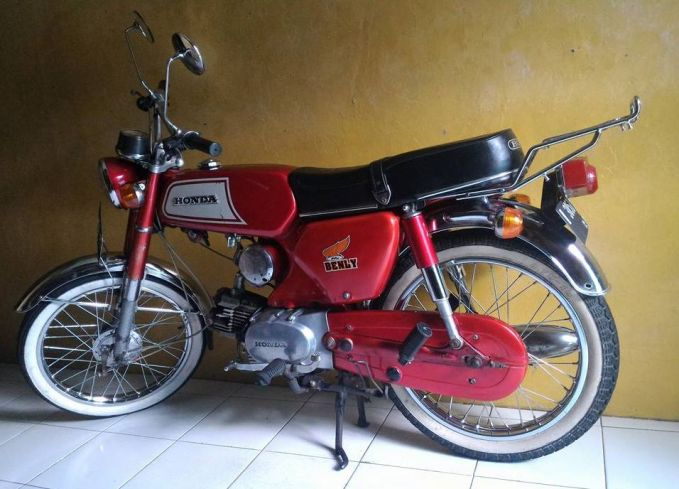 Tahun 1953, motor Honda Benly mulai diproduksi di Jepang. Motor ini adalah generasi penerus dari S90, 90Z dan CB 100. Di Indonesia nih Pulsker, Benly dikenal dengan seri S110.