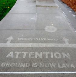 Karya Seni di Jalanan Ini Cuma Bisa Dilihat Pas Hujan Turun Aja, Keren Juga Tuh Idenya !