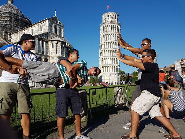 Ini ceritanya torpedo lagi nyerang Menara Pisa. Botak sih, *ups.