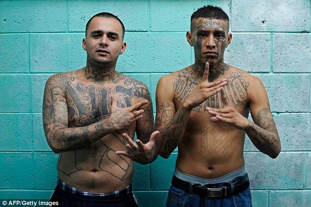 Walaupun beroperasi di wilayah Amerika Serikat, Barrio 18 memiliki 'markas' terbesar di kota San Salvador, El Salvador. Ini adalah foto anggota geng yang dikenal juga dengan sebutan '18th Street Gang' saat mereka berada di penjara Quezaltepeque.
