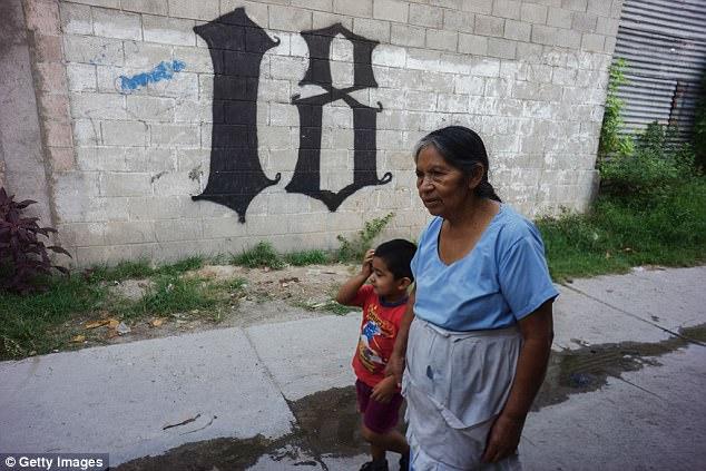 Jumlah anggota yang berjumlah puluhan ribu, membuat Barrio 18 dengan mudah melakukan kejahatan lintas negara. Mereka juga menandai wilayah kekusaaannya dengan tanda atau angka 18 di tembok-tembok jalanan.