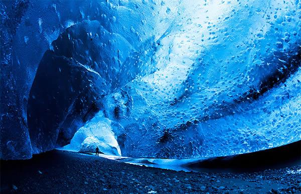 Pertama ada goa es Langjokull di Islandia. Goa ini baru dibuka pada i Juni 2015 lalu Pulsker. Luas areanya sekitar 950 km persegi dan berada di ketinggian 1200 hingga 1300 mdpl. Saat kalian menjelajahi goa ini, kalian bisa liat warna-warni berbeda dinding esnya. Semakin tua usia esnya, semaki berganti pula warnanya dari putih jadi biru gelap.