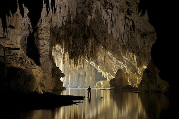Saat pertama kali masuk kedalam goa Tham Lod di Thailand, kalian akan disambut dengan pemandangan batu stalaktit yang keren banget Pulsker. Panjang goa sendiri sekitar 1.5 kilometer. Tapi tempat yang menakjubkan masih ada dibawah lagi, tepatnya 50 meter kebawah dari lantai goanya.