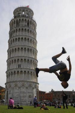 10 Foto Hasil Kreatif Para Traveler di Menara Pisa
