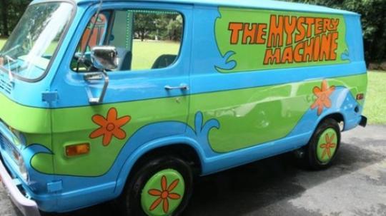 Ini dia yang kita omongin tadi Pulsker. Mobil van Shaggy dan kawan-kawan saat berburu hantu. Tampilan luarnya udah mirip banget kan kayak di kartun Scooby Doo?. Mobil ini sendiri berhasil dilelang dengan harga 200 juta rupiah lho.