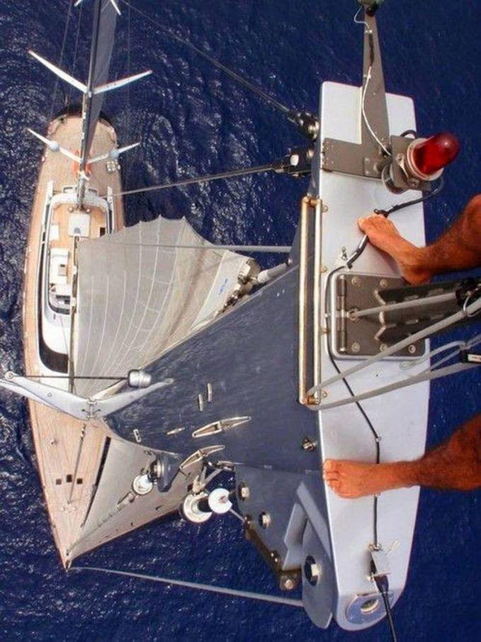 Coba perhatikan lagi, ternyata kaki ini berpijak pada layar kapal yang sangat tinggi.