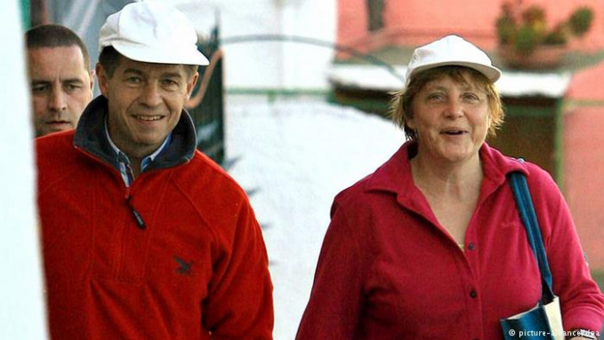 Kalau pemimpin Jerman, kanselir Angela Merkel memilih liburan musim panasnya ke pegunungan Alpen, Italia. Nggak lupa, dia membawa topi khasnya yang dijuluki 'topi kanselir'. Tahun 2014 lalu, dia sempat cedera akibat main ski disana. Hati-hati ya Bu lain kali pas liburan.