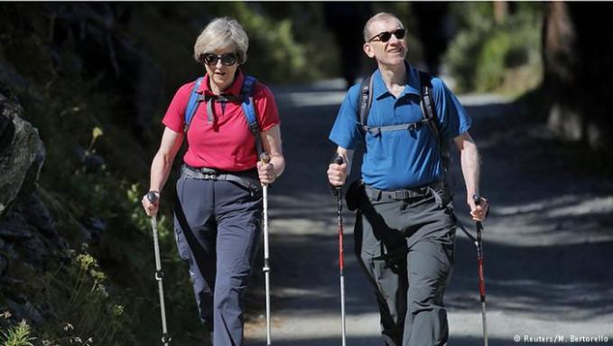 Perdana Menteri Inggris, Theresa May lebih memilih mengisi waktu liburannya dengan hiking nih Pulsker. Tahun 2016 lalu dia bersama suaminya menjelajah pegunungan Alpen, Swiss. Selain itu dia pernah hiking di Taman Nasional Snowdonia, Wales selama 5 hari. Sekembalinya, dia nampak bugar kembali.