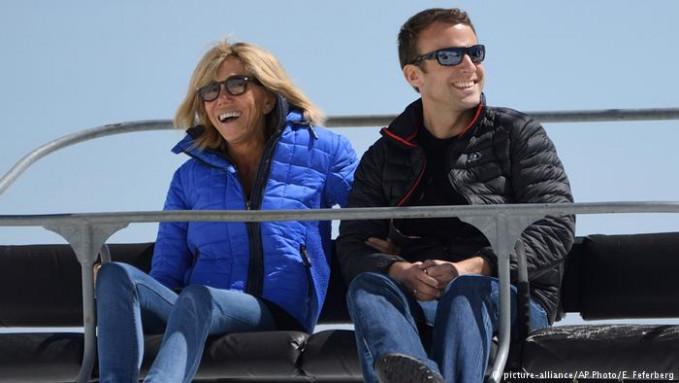 Kalau pas pakai baju santai saat liburan gini, presiden Perancis Emmanuel Macron nampak masih macho ya Pulsker?. Disela-sela kesibukannya sebagai kepala negara, dia bersama sang istri juga mengunjungi Alpen di Perancis.