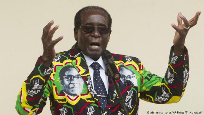 Ini dia nih pemimpin Zimbabwe yang nggak mau turun tahta sedari dulu sejak 1987. Tiap liburan dia selalu mengandalkan uang negara, dan nggak peduli kalau negaranya dilanda krisis sejak 2009 lalu. Tahun ini saja dia liburan ke Singapura dan menghambiskan dana sekitar 80 milyar rupiah lho Pulsker.