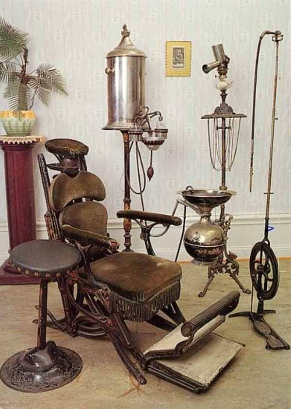 Kursinya kok lebih mirip kayak kursi penyiksaan tahanan ya Pulsker ketimbang kursi buat meriksa pasien sakit gigi?.