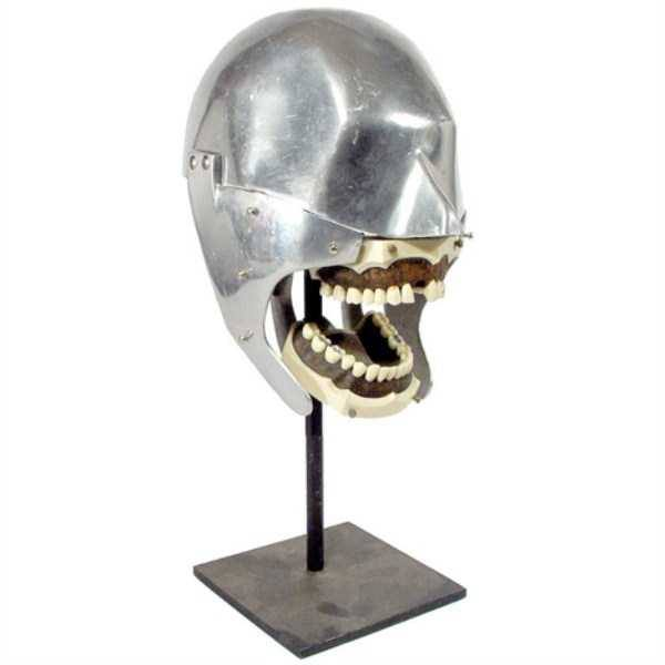 Ini maksudnya apa coba sampai dibikinin helm besi kayak gini buat meriksa pasiennya. Mau perang apa periksa gigi?.