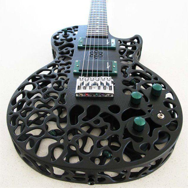Selain stang, bodi gitar juga tampilannya padat banget. Gitar satu ini menawarkan bodi gitar yang beda. Yakni dengan motif bolong-bolong.