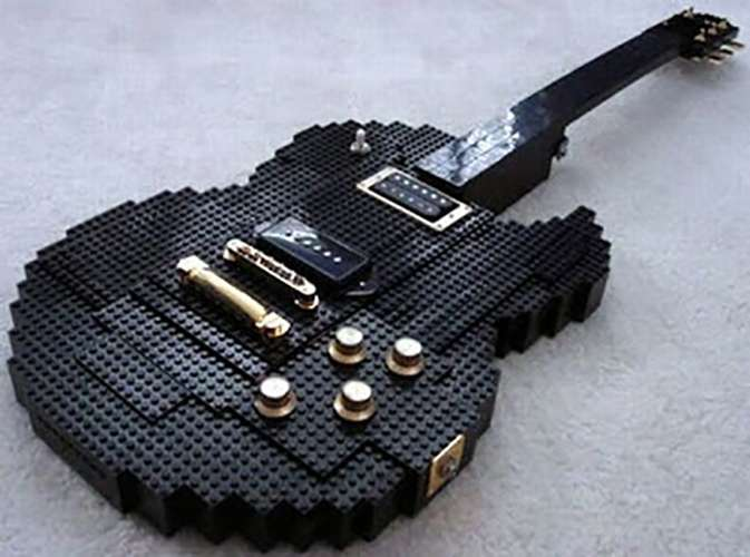 Nggak selamanya gitar terbuat dari kayu, kalau kalian kreatif lego pun bisa kalian bikin jadi gitar. Nggak percaya kan?. Gitar ini nih contohnya.