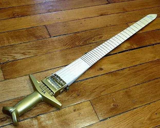 Yang kalian liat ini bukan mainan anak-anak lho Pulsker. Tapi adalah sebuah gitar, simpel banget ya?.
