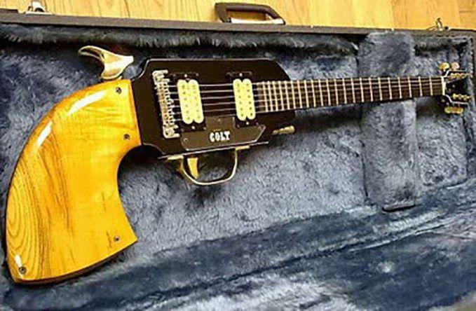 Awas, jangan macam-macam sama musisinya ya Pulsker kalau nggak mau kena tembak sama gitar pistol ini.