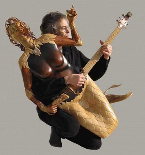 Nah, yang paling bikin heboh lagi ya ini. Gitar yang bentuknya kayak putri duyung. Nggak berat apa bawanya pas di panggung?. Wah, keren-keren sih gitarnya tapi bisa nggak tuh buat dimainin di panggung ya Pulsker?.