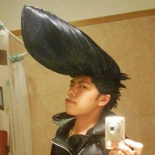 Udah mirip kayak Johny Bravo belum nih gaya rambutnya?. Bedanya kalau si Johny Bravo rambutnya kuning, dia warnanya hitam.