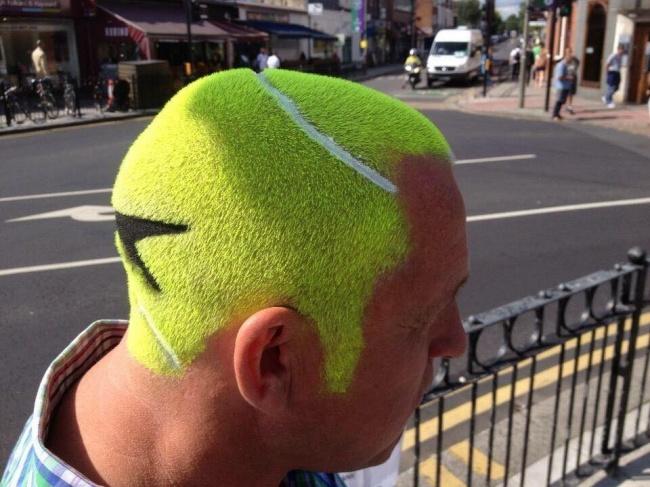 Entah apa yang ada di benak pria ini Pulsker, kok tega hati merubah gaya rambut mirip bola tenis. Oh, mungkin tribute buat Rafael Nadal atau Maria Sharapova kali. Dia fans berat mereka berdua.