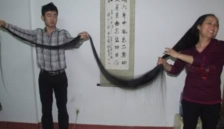 Wanita bernama Aixiu ini mengaku udah nggak memotong rambutnya sejak tahun 1990 lalu lho Pulsker. Sekarang, panjang rambutnya aja mencapai 3 meter lebih tuh Pulsker.