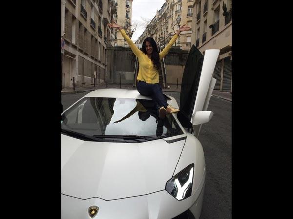 Walaupun diisukan mobil hadiah pada Valentine tahun 2015 lalu, mobil milik Mallika Sherawat ini punya harga yang engga murah loh Pulsker, Lamborgini Aventador SV seharga 6M!