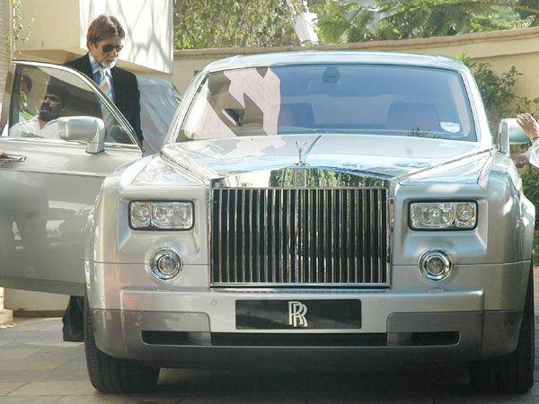 Siapa sih yang engga kenal sama The Big B? Yap, Amitabh Bachchan diketahui memiliki mobil seharga 7 M, yaitu Rolls Royce jenis Phantom pada tahun 2013.
