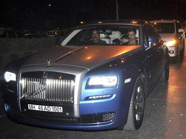 Kayaknya Rolls Royce memiliki minat tersendiri ya di kalangan Bollywood, Hrithik Roshan pun diketahui memiliki mobil Rolls Royce Ghost seharga 14M!