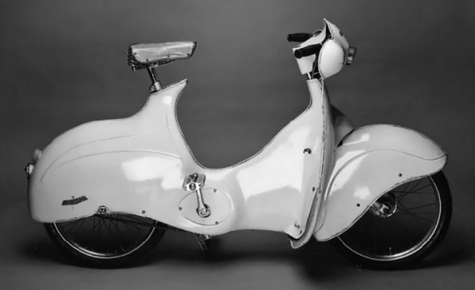 Walaupun bentuknya seperti skuter atau vespa. Cara mengendarainya tetap sama ko, dikayuh.