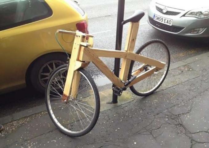 Sepeda dari kayu, btw itu tetep ringan atau berat yah karena beban sepedanya...