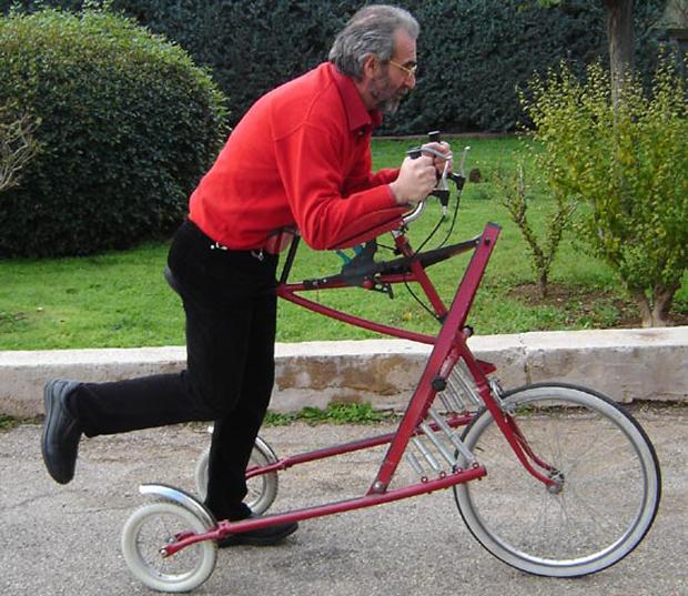 Perhatiin deh, ini sepeda kayuhannya dimana? Ternyata sepeda ini digerakkan dengan cara didorong. Anti-mainstream yah!