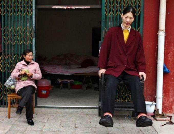 Yang pertama ada Yao Defen yang tercatat sebagai wanita tertinggi di dunia dengan tinggi 2,3 meter. Yao menghembuskan nafas terakhirnya pada November 2012 silam.