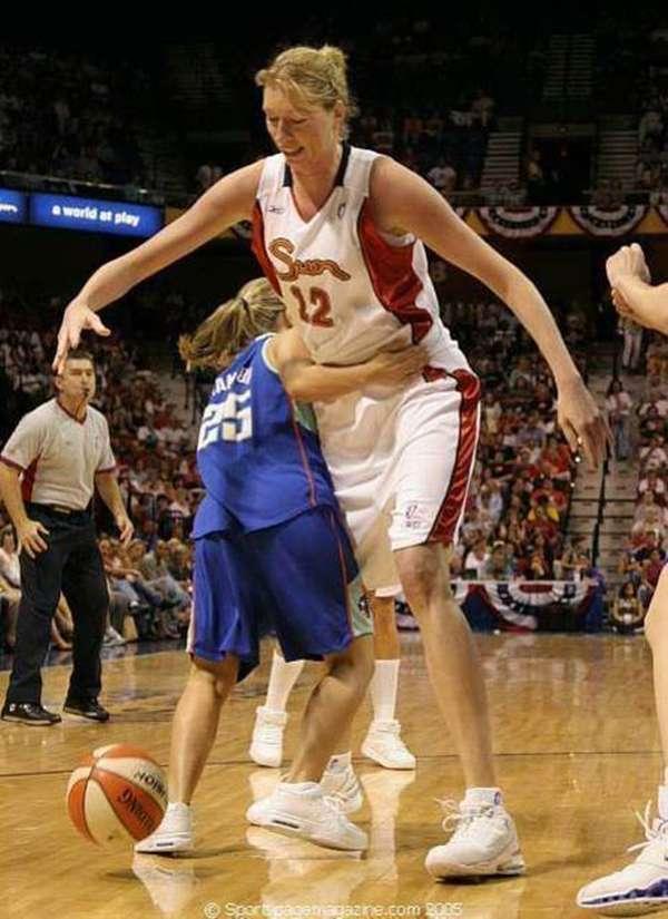 Lalu ada salah satu pemain WNBA, Malgorzata Dydek yang memiliki tinggi 2,2 meter. Wwah-wah musuhnya pasti ketakutan nih melihat tinggi badan dia.