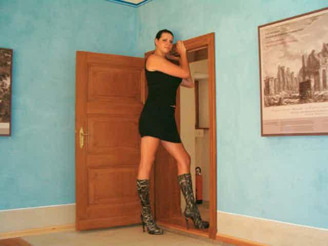 Seorang model cantik berkewarganegaraan Jerman Caroline Welz ini memiliki tinggi 2,1 meter. Pintu aja sampe kalah tinggi sama dia. Wkwkwkwk...