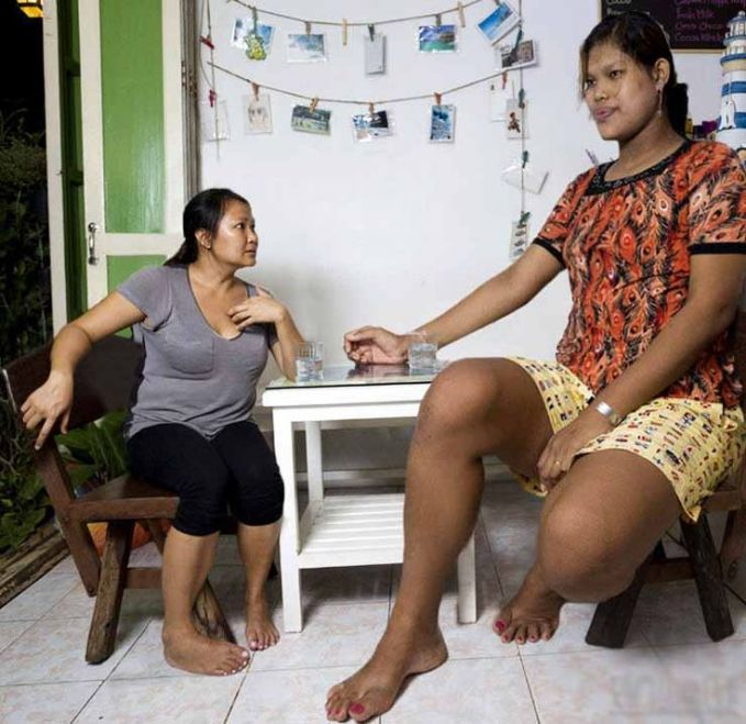 Wanita asal Thailand bernama Malee Duangdee yang memiliki tinggi badan 2,08 meter. Aliggg...