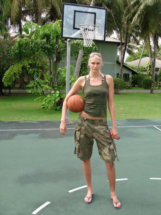Lagi-lagi pemain WNBA, Maria Stepanova yang berasal dari Rusia ini memiliki tinggi sebesar 2,03 meter.