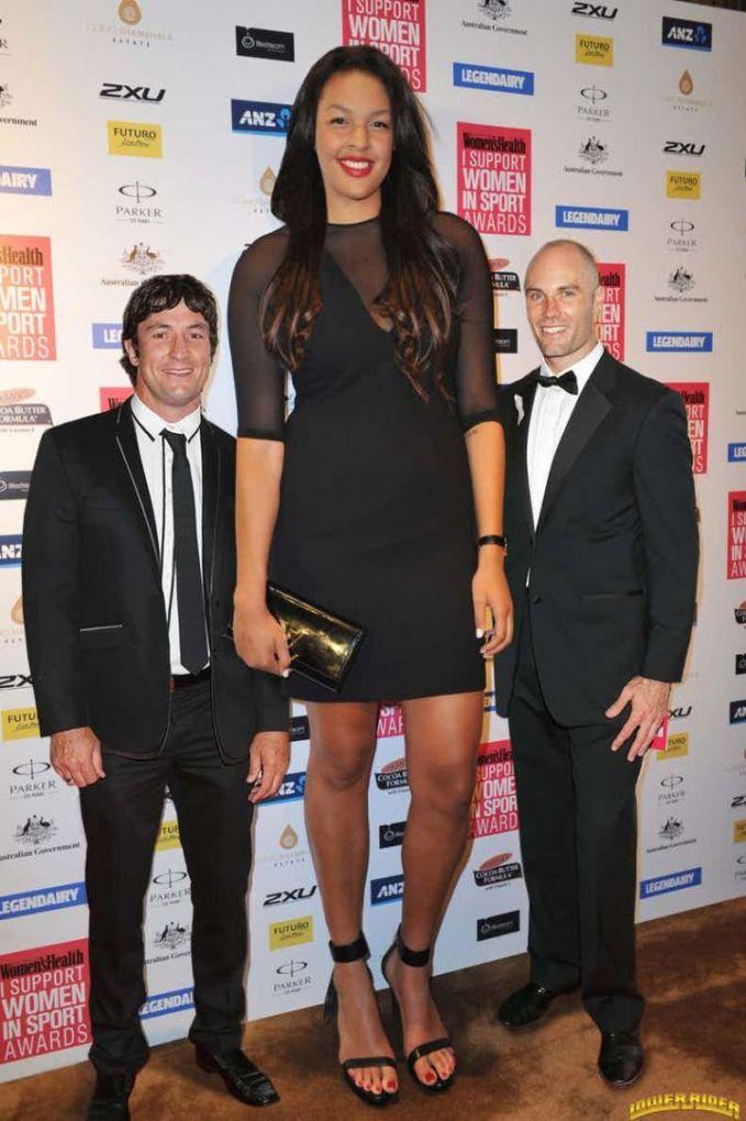 Atlet basket ternyata emang tinggi-tinggi yah. Kali ini ada Elizabeth Liz Cambage yang berasal dari Australia. Ia memiliki tinggi 2.7 meter. WOW!