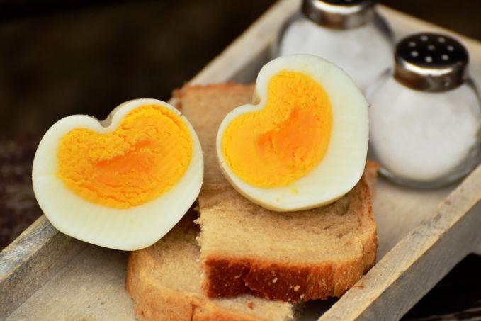 Selain mengenyangkan, telur menyimpan banyak kandungan protein tinggi. Walau mengandung kolestrol nih Pulsker, tapi kuning telur kaya akan kolin atau zat yang membantu perkembangan daya ingat. Cocok banget untuk anak dalam masa pertumbuhan.